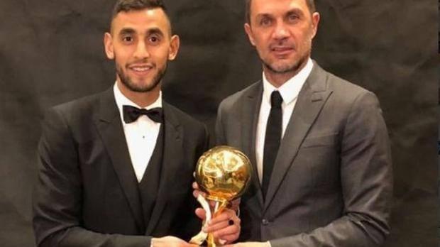 Ghoulam premiato col Pallone d'oro d'Algeria da Maldini